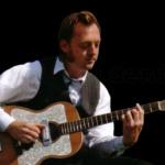 Titus Waldenfels spielt Gitarre, Violine, Banjo, Steel Guitar & Foot Bass, in einer Vielzahl von Besetzungen, seit über 25 Jahren, in Europa, Deutschland, Bayern, München & Texas, in allen nur erdenklichen Lokalitäten von namhaften Theatern, Festivals bis zu Kleinkunstbühnen & Wirtshäusern.